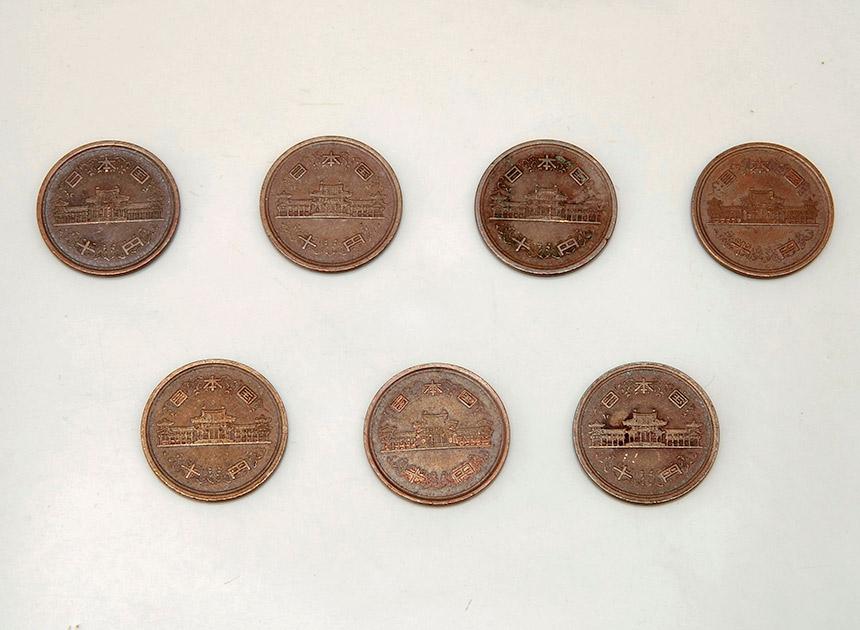 10 円玉を、少し間をあけて小皿にならべる。