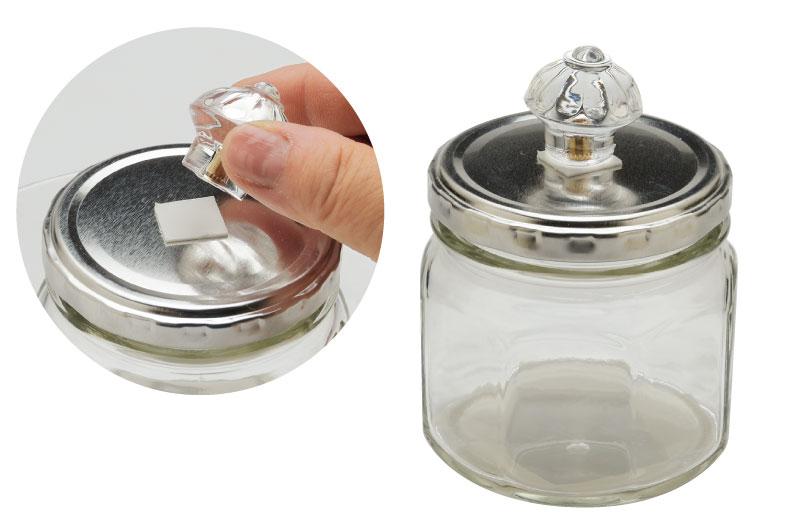 八角ボトルのふたに、引き出し用つまみを両面テープでつける。