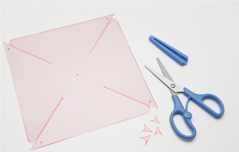 油性ペンでかき写した線をはさみで切る。