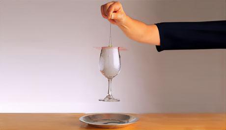 【100円ショップ大実験】グラスをはなさないファイルシート「くっつきクレーン」