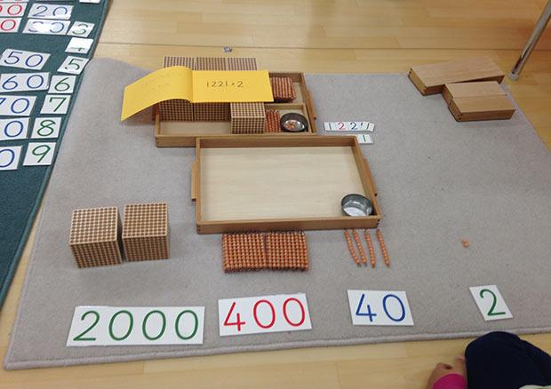 1000の位までの数を、三者関係(「数量(具体物)」「数詞(ことば)」「数字」)を一致させることで捉える。