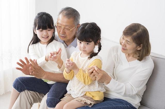 祖父母の甘やかしに、わたしたち親はどう対応すれば良いか/くやまない、悩まない、自分を責めない――心がラクになるアドラー流子育て【第18回】